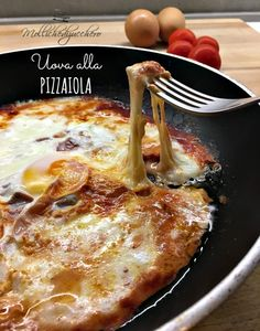 uova alla pizzaiola con ricetta facile Frittata, Omelette, Egg Recipes, Cooking Recipes, Tuscan Bean Soup, Focaccia Recipe, Healthy Recepies, Good Food, Yummy Food