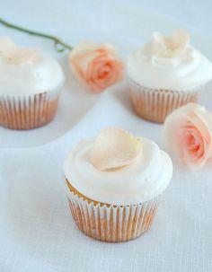 Vanilla cupcakes with rosewater icing / Cupcakes de baunilha com cobertura de água de rosas by Patricia Scarpin, via Flickr