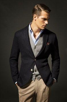 Blazer azul marino, cardigan gris, camisa azul claro y pantalón beige