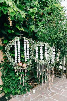 Blumenkranz mit Eukalyptus-Grün und Stoffquaten, Protea. Von Anmut und Sinn. Foto: Daniela Reske