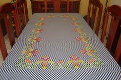 Toalha de Mesa em tecido xadrez bordado em ponto cruz duplo e barrado de renda de algodão.