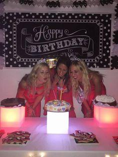 #Happybirthday #cumpleaños #celebrandounañomasdevida #ambientaciónled #mesadulce #sweettable #cookies #cake #princesas #cumplex3 #ladysnight #eventos #organizacióndeeventos