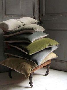 Trend tessuti: il velluto Velvet Curtains, Drapes Curtains, Velvet Cushions, Cushions On Sofa, Cosy Sofa, Cream Pillows, Pillow Inspiration, Custom Kitchen Cabinets, Custom Drapes