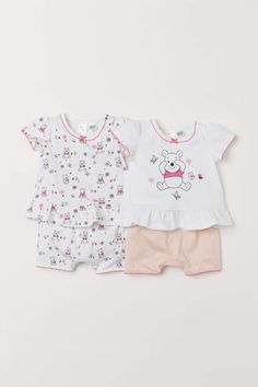 Sets with a top and shorts in soft cotton jersey. Top with short puff sleeves ruffled seam at hem and contrasting scalloped edges at cuffs and hem. Shorts with elasticized waistband and scalloped hems. H&m Baby, Baby Kind, Cute Baby Girl, Baby Girls, Disney Baby Clothes, Baby Disney, E Commerce, Baby Boy Fashionista, Reborn Toddler Dolls