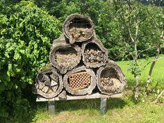 Ein Insektenhotel ist eine sinnvolle Ergänzung in jedem Garten! Welche Fehler es dabei gibt und wie ihr selbst eines bauen könnt verrate ich euch hier. #energieleben #wienenergie #insektenhotel #zerowaste #insekten #nachhaltigkeit #zerowaste Zero Waste, Texture, Wood, Crafts, Insect Hotel, Sustainability, Life, Lawn And Garden, Surface Finish
