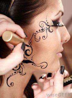 woman-receiving-a-face-tattoo.jpg (590×800)