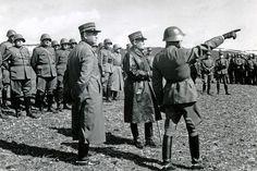 Le général Guisan (au centre) a passé énormément de temps avec la troupe. National Language, Army Police, Ww2 Pictures, Other Countries, Swiss Army, World War Two, Wwii, Switzerland, Camouflage