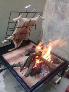 Asador Criollo Con Estaca - $ 6.000,00 en Mercado Libre Argentine Grill, Kitchen Bar Design, Wood Oven, Outdoor Kitchen Bars, Bar B Q, Pig Roast, Energy Conservation, Cooking Equipment, Wood Fired Pizza