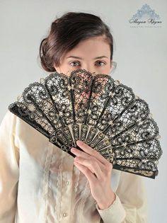 Fan de dentelle dentelle russe de « Charme » bobin lace Hand Held Fan, Hand Fans, Bobbin Lacemaking, Vintage Fans, Modern Fan, Paper Fans, Lace Silk, Needle Lace, Simple Art