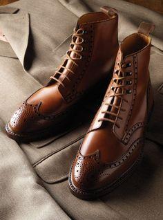 Hocheleganter, rahmengenähter, cognacfarbener Derby Boot, Modell 'Skye' ($ 775,00). | Crockett & Jones