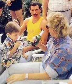 Freddie Mercury, Roger Taylor and Rogers son Felix in 1986.