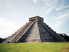 """Chichén Itzá fue fundada hacia el año 525 d.C., durante """"la primera bajada o bajada pequeña del oriente que refieren las crónicas"""", por los chanes de Bacalar (que después se llamaron itzá) y más tarde aún cocomes."""