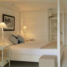 """Charme-Zimmer  Die Zimmer, von denen einige etwas kleiner ausfallen, gehen alle auf den wunderschönen und offen am Meer liegenden Kokoshain hinaus. Sie ermöglichen Ihnen die ganz besondere """"20° Sud-Erfahrung"""" zu einem reduzierten Preis. Dennoch sind alle Zimmer dem besonderen Stil des Hotels treu: Alle verschieden, charmant und gut ausgestattet.  Ab 125 € pro Person und Nacht mit Halbpension, 70 € pro Kind von 12 bis 18 Jahre.  """"All Inclusive"""" ist zubuchbar."""