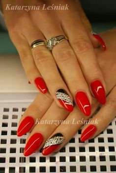 Having short nails is extremely practical. The problem is so many nail art and manicure designs that you'll find online Fancy Nails, Bling Nails, Cute Nails, Pretty Nails, Xmas Nails, Holiday Nails, Christmas Nails, Red Gel Nails, Almond Acrylic Nails