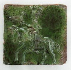 Kafel piecowy ze szkliwem zielonym; król na łowach z sokołem, koniec XV w.