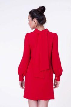 Vestido rojo corto con lazada al cuello #vestidoscortos #vestidosfiesta #nochevieja  http://www.apparentia.com/mujer/vestidos/cortos/ficha/1576/vestido-con-lazo-rojo/