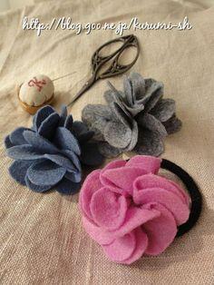 フェルト1枚で作れちゃう。簡単なお花の作り方をご紹介します。   *  作り方  型紙に合わせてしるしをつけます。 * しるしの通りに切り抜きます。 * 少しずらして半分に折ります。 * さらに半分に折ります。(同じように3枚折ります) * 4つ折りしたフェルト3枚... Handmade Flowers, Handmade Crafts, Diy And Crafts, Pom Pom Crafts, Felt Crafts, Felt Flowers, Fabric Flowers, Nuno, Flower Hair Accessories