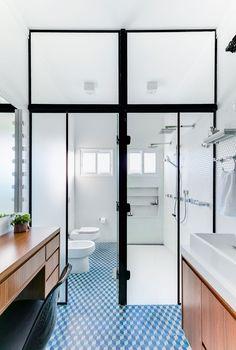 Decoração de banheiro, lavabo, decoração geométrica com bancada de madeira e revestimento hexagonal branco.