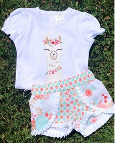 birthday outfit This custom made birthday set is the Perfect addition to any llama birthday! The Bodysuit is a boutique Brand. It is true to size. The shorts are also true to size. Birthday Party Outfits, Birthday Dresses, Birthday Shirts, Llama Birthday, Girl Birthday, Cute Baby Clothes, Baby Girl Fashion, A Boutique, Custom Shirts