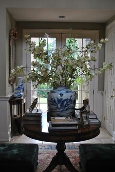 The Enchanted Home: 30 MORE reasons why blue and white ginger jars rock! Home Decor Decor, Entry Table, White Decor, Foyer Decorating, Home Decor, Table Decorations, Blue White Decor, Enchanted Home, Blue And White