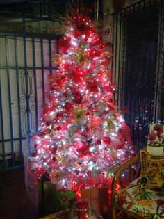 This year my color scheme was RED. I don't know why, but this was the first time I chosen this color....  if you look very closely you'll see the tree was flocked and because we had a 4 months old puppy I included a barrier so she couldn't mess with it.  Dic 2016.