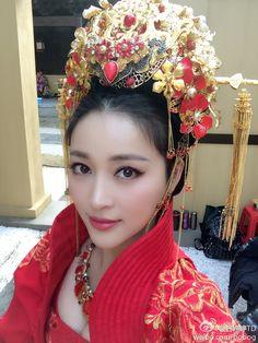 Japanese Wedding Kimono, Chinese Gown, Chinese Wedding Decor, Bridal Headdress, Beautiful Girl Body, Multicultural Wedding, Wedding Glasses, Bridal Shower Party, Chinese Clothing