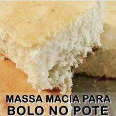 -->BOLO NO POTE - MASSA BRANCA Ingredientes: -8 ovos -2 xícaras de açúcar cristal -2 xícaras de chá de leite -1/4 xícara de óleo -3 colheres de sopa de margarina de boa qualidade (ela que deixa a massa saborosa) -4 xícaras de farinha de trigo sem fermento -2 colheres de sopa de fermento -1 pitadinha de sal PREPARO: Bata os ovos com o açúcar até obter um creme fofo e claro. Desligue a batedeira e acrescente aos poucos os ingredientes secos (peneirados) misture delicadamente com um fouet…
