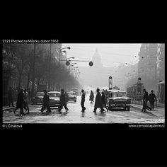 Přechod na Můstku (2121) • Praha, duben 1963 • | černobílá fotografie, doprava, ruch a lidé na přechodu v dolní části Václavského náměstí |•|black and white photograph, Prague|