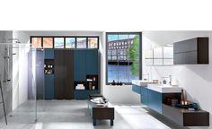 Salle de Bains Sur mesure - Moody blue - Loft moody blue. Bien plus qu'une salle de bains sur-mesure, c'est un vaste espace aux lignes sobres qui vous accueille. Le bois sombre Maverick se marie avec élégance au bleu Moody blue, toucher velours. Elle est agrémentée de vastes rangements déstructurés pour le linge de maison. Un banc équipé de tiroirs délimite les espaces et se révèle très utile pour se préparer, se pomponner ou tout simplement habiller les enfants.