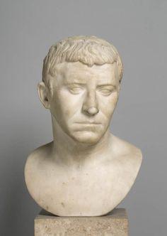 Plutôt que Corbulon, général de l'empereur Claude, on reconnaît désormais ici l'effigie d'un lettré. Ce portrait est plus réaliste que le portrait Ma 925. En regard de la datation de l'archétype à l'époque républicaine, les deux oeuvres du Louvre, en raison de leur densité expressive, sont des copies de l'époque de l'empereur Claude (41 - 54 après J.-C.) Art romain | Site officiel du musée du Louvre