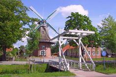 Einfach malerisch die Mühle mit Klappbrücke in Hahnentange in Westrhauderfehn!