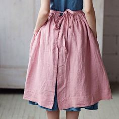 the soft rosy color! Looks like heavy cotton, and also like an overskirt! Sewing Clothes, Diy Clothes, Textiles, Pretty Outfits, Cute Outfits, Look At You, Vintage Looks, Dress Skirt, Apron Dress