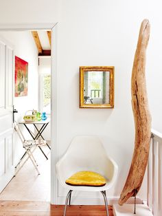 Rustic meets colorful and fun! Love the vibe of this farmhouse spotted on nuevo estilo ! All White, Bold Colors, Country Living, Design Elements, Oversized Mirror, Farmhouse, Bright, Chair, Wood