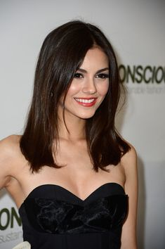Victoria Justice Brunette Medium Length Straight Prom Hair Down Victoria Justice Hair, Vicky Justice, Beauty Lookbook, Non Blondes, Bright Lipstick, Hair Color Highlights, Brunette Hair, Most Beautiful Women, Hollywood