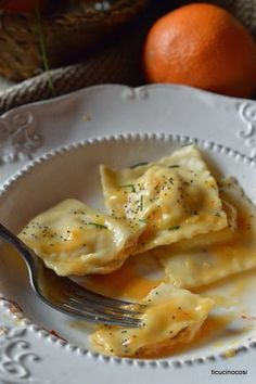 Orange and salmon ravioli Ravioli, Raw Food Recipes, Italian Recipes, Cooking Recipes, Italian Dishes Names, All Recipes Lasagna, Pizzeria Trattoria, Risotto Cremeux, Italy Food