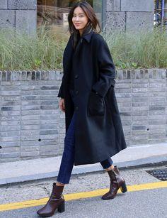 On aime quand manteau ample et jean droit 7/8 se téléscopent (photo Death by Elocution)