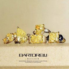 Anelli di diamanti fancy yellow su oro giallo e zaffiri blu by Bartorelli Maison