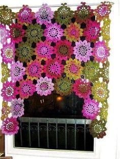 balkon camları için çiçek motifli tığ işi örgü perdeler