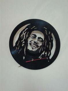 Bob Marley. Reloj de pared en disco de vinilo. Hecho a mano. Francisco Vitale. Antofagasta, Chile. Facebook: Vinilos Para Siempre