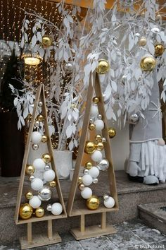30 DIY Christmas Tree Decorations : Page 26 of 30 : Creative Vision Design Easy Christmas Ornaments, Modern Christmas, Simple Christmas, Christmas Projects, Christmas Tree Ornaments, Christmas Holidays, Make Christmas Tree, Christmas Window Display Retail, Christmas Store Displays