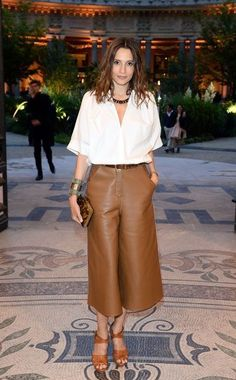 Astrid Munoz wearing Fendi - leather culottes & white button down Couture Week, Style Casual, Casual Chic, Leather Culottes, Culottes Outfit, Stylish Outfits, Fashion Outfits, Retro Fashion, Womens Fashion