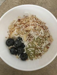 Bowl de yogur de coco con frutas y toppings (coco rayado, quinoa inflada, almendras y canela)  @berevh