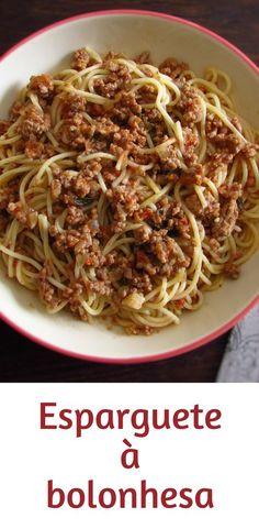Esparguete à bolonhesa | Food From Portugal. Se gosta de pratos de massa tem de experimentar esta receita deliciosa que mistura o espaguete e a carne picada! Uma receita saborosa, com excelente apresentação, fácil e rápida! Bom apetite!!! #massa #receita #esparguete