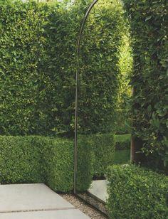 Plaats een mooie spiegel in de achtertuin. Een spiegel in de tuin laat uw tuin groter lijken.