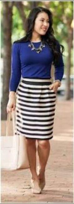 Saía listada, blusa azul e scarpin e bolsa bege