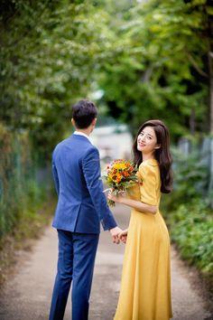 Pre Wedding Shoot Ideas, Pre Wedding Poses, Wedding Picture Poses, Pre Wedding Photoshoot, Korean Wedding Photography, Wedding Couple Poses Photography, Outdoor Wedding Photography, Foto Wedding, Cristiano