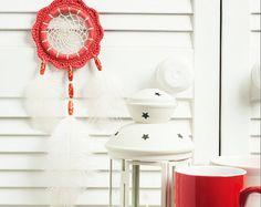 Coche pequeño sueño catcher violeta dreamcatcher boho dreamcatchers vivero decoración pared decoración boda decoración diseño elegante  También puede servir como souvenir original y mágico para tus amigos. Cada uno es individual, hecho a mano, hecho a mano con amor y cuidado y puede diferir ligeramente de la foto.   ¡ Nota! Perlas y plumas pueden variar de muestra en los cuadros del producto.   TAMAÑO:  -widthg:-5,2(13cm) -altura: 12(30cm)  MATERIAL:  -hilo de algodón -plumas ~~  Este…