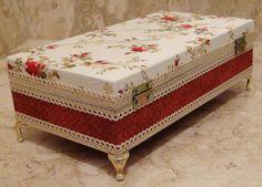 Caixa em MDF pintada ao fundo para sua maior proteção. Revestida com tecido 100% algodão. Detalhes em fita rendada, pés em metal e fecho dourados.