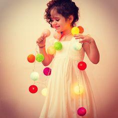 Isabella não precisa de enfeite algum: mas se até ela ficou ainda mais encantadora com nosso cordão de luzinhas coloridas, imagina a sua festa!!!! Passa no site e compre o seu!  http://festeirice.com.br/produtos/decoracao-de-festa/cordao-de-luz.html #festeirice #festa  #festainfantil #decoracaodefesta  #decoracaoinfantil #luz #cordaodeluz