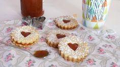 #biscottini d'#amore con cuore di #marmellata semplici e veloci http://blog.giallozafferano.it/casadolcecasaconemma/biscotti-damore/ #ricetta #dolci